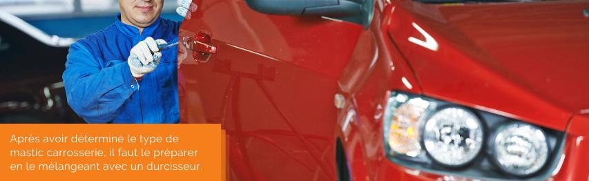 Après avoir déterminé le type de mastic carrosserie, il faut le préparer en le mélangeant avec un durcisseur.   Mongrossisteauto.com